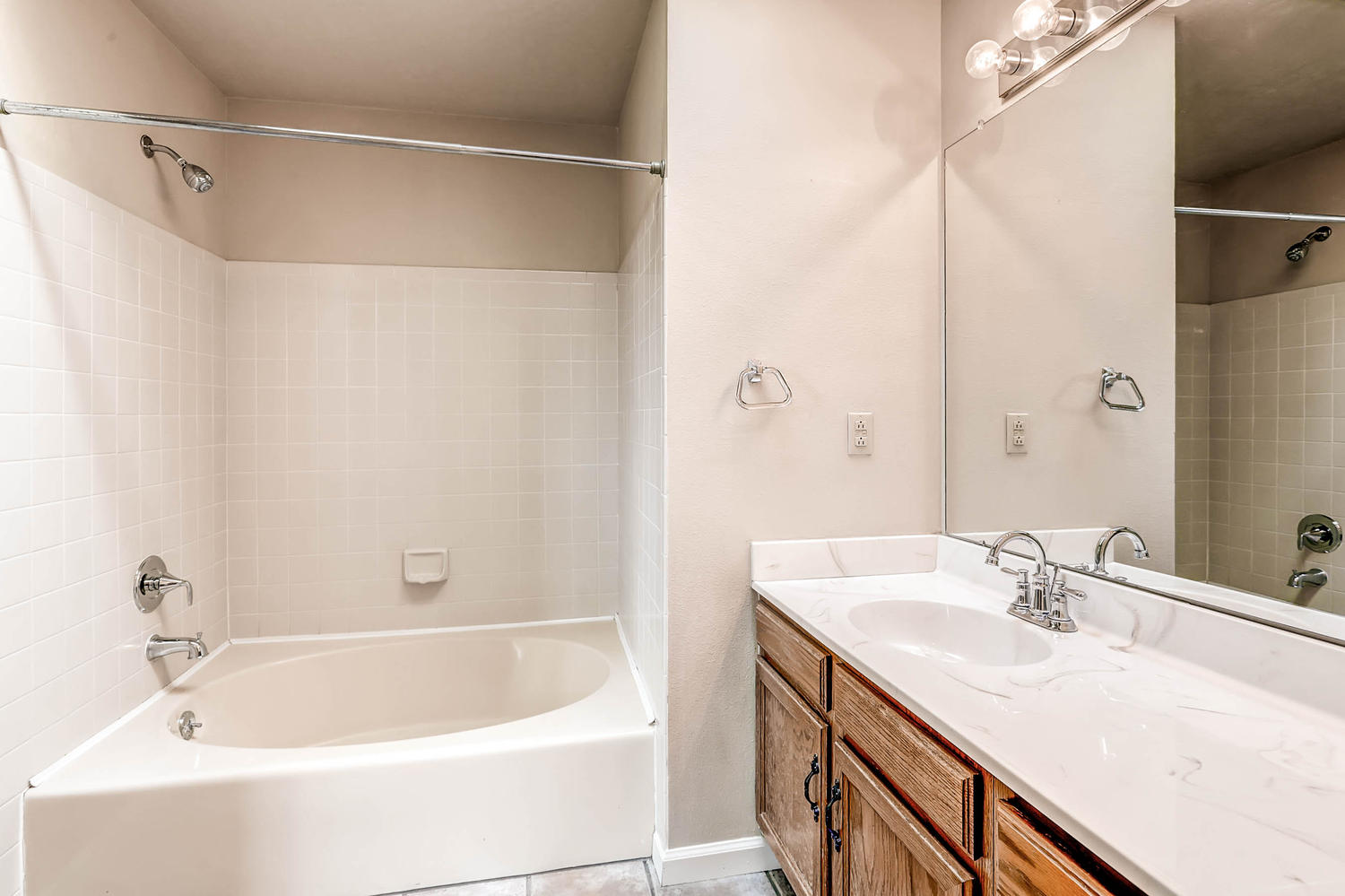 1834 S Pitkin Cir 34 Aurora CO-large-021-22-2nd Floor Master Bathroom-1500x1000-72dpi